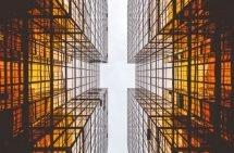 Umgekehrte Vogelperspektive von Hochhäusern mit einem symbolischen Schweizerkreuz